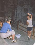 Lynn explica la teoría bajo la atenta mirada de las escaladoras. El consejo de Lynn;