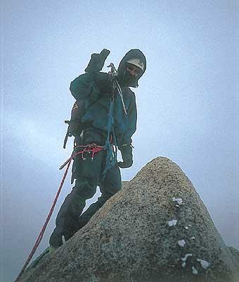 En la cumbre de la Aguja Poincenot con la tormenta a punto de desencadenarse.