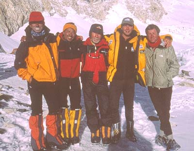 Carlos Soria (centro) en el Everest esta primavera- Foto: Carlos Soria