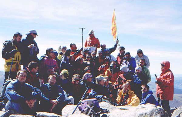 Magda y sus compañeros del Centre Excursionista de Lleida, que la arroparon en el último tresmil de la lista: el Pic Aragüells (3.037 m) - Foto: Xavier Palau