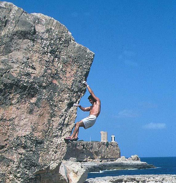 Miquel Riera escalando en Cala Figuera. Foto: Col Riera.