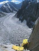 Colgados de las hamacas, sobre la inmensidad del fraccionado glaciar - Foto: Fabio Dandri