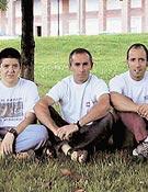 Benantzio Irureta (centro) junto a dos de los desaparecidos: Beñat Arrue (dcha) e Iñaki Aiertza. <br> Foto: Revista Utzarria