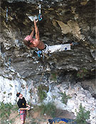 Andreas bindhammer en la primera sección de Kinematix, 9a, en las Gorges du Loup.<br> Foto: Klaus Fengler