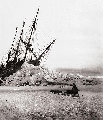 Desembarcando del Stella Polare, la nave utilizada por la expedición italiana para navegar al principio de los hielos del Polo Norte