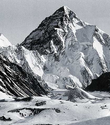 La vertiente sur del K2; el Espolón de los Abruzos es la cresta situada a la derecha (vista parcial)