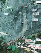 El impacto ecológico de las primeras pruebas de escalada en medio natural era más que evidente. Afortunadamente apareció la resina... Aquí, durante la prueba de Bardonechia 86.Foto: Archivo Desnivel.