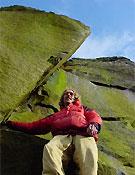 Miles Gibson posando debajo de su proyecto. Foto: www.planetfear.com