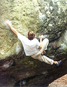 Abraham Olcina escalando en el sector Roche aux Sabots de Fontainebleau.Foto: Col. Olcina.