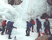 La organización fijó cuerdas en algunas cascadas para garantizar la seguridad de este encuentro de iniciación al glaciarismo - Foto: Victor Espadas