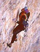 "Kurt Astner sobre su Akut en la Cima Oeste de Lavaredo - Foto: <a href=""http://www.go-mountain.com""> go-mountain.com</a>"