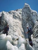 Toni y Quim entre los seracs del glaciar