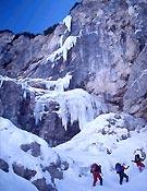 Bajo el hielo de S. K. W., WI6, A2+, paso previo a la llegada del mixto moderno a Eslovenia - Foto: Col. Grega Kresal