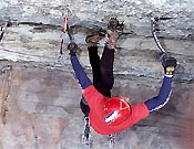 Purnell en la sección clave: techo, poco canto, y pasos muy técnicos - Foto: Tim Aex