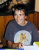 Rosa Fernández Arroyo, firmando ejemplares de su Cuento de las montañas de cuento <br>Archivo Desnivel