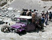 El jeep que quedó bloquedo en un torrente durante la aproximación - Foto: Exp. Española K2