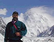 Miguel Ángel Vidal. Detrás, el Chogori - Foto: Exp. Española K2