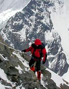 Luis por encima del primer campo. Llegaron a 6.600 m por aéreos tramos mixtos de roca, nieve y hielo - Foto: Exp. Española K2