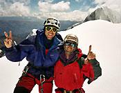 Marjan y Aritza en la cima. Detrás, el Yerupaja - Foto: Pavel Kozjek
