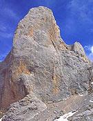 Vertiente oeste del Picu. Abajo a la izquierda, el bombo de entrada de El Pilar del Cantábrico  ~ Archivo Desnivel