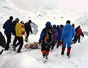 Miembros de todas las expediciones participaron en el rescate del cuerpo - Foto: Exp. Española K2 2002
