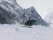 Un helicótero militar pakistaní eleva su vuelo tras recoger el cadáver del Capitán Iqbal - Foto: Exp. Española K2 2002