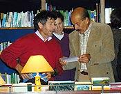 Carlos y Salvador en la Librería Desnivel, momentos antes de la conferencia  ~  Archivo Desnivel