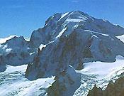 Macizo del Mont Blanc. El pronunciado collado de su izquierda resalta la vertical silueta del Pilar d'Angle José I. Gordito