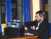 César preparando su proyección en la Librería Desnivel  ~  Archivo Desnivel
