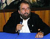 César tuvo unas palabras de recuerdo para los anteriores conferenciantes del Ciclo de Escaladores Madrileños durante la presentación de su proyección  ~ Archivo Desnivel