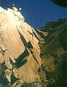 El impresionante y perfecto Gran Diedro de la oeste del Dru. En 1962, Riaño, los hermanos Durán y Carlos firmaron la primera nacional de esta vertical vertiente, y sellaron una gran amistad - Foto: Col. Carlos Soria