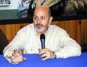 Sebastián Álvaro presentando la proyección de Nueva Dimensión en la Librería Desnivel  ~ Archivo Desnivel