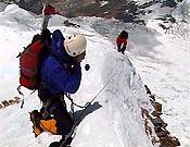 Filmando en la Arista este del Annapurna. La película de Alberto Iñurrategi y Juanjo San Sebastián sobre la expedición fue premiada por el jurado de Torelló - Foto: Exped. Oinak Izarretan/EiTB