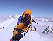 Alberto Iñurrategi en la cima del Annapurna, tras realizar la segunda ascensión absoluta de su Arista Este con J. C. Lafaille - Foto: Exped. Oinak Izarretan/EiTB