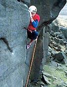 El primer ascensionista, Neil Bentley, resolviendo Equilibrium, antes conocida como la Arista yoghourt. - Foto: Rich Heap