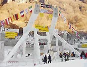 """Estructura levantada y """"congelada"""" para la prueba de Val Daone 2003 - Foto: <a href=""""http://www.ice-time.com"""">ice-time.com</a>"""
