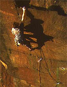 "Ben Heason encadenando White Wall, un E5 6b de Millstone, Peak District - Foto: Adrian Berry/<a href=""http://www.planetfear.com"">planetfear.com</a>"