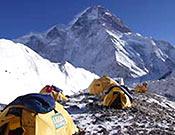 """Campamento base de la expedición internacional dirigida por Wielicki. Al fondo, la cara norte del K2 - Foto: <a href=""""http://www.netia.pl"""">netia.pl</a>"""