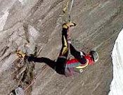 """Kurt Astner sobre Mission Impossible, M11, el resolvía a flash el 27 de enero. Poco después, Dimitri Bytchkov lo lograba a vista - Foto: <a href=""""http://www.planetmountain.com"""">planetmountain</a>/ <a href=""""http://www.avventura-donna.com"""">Avventura Donna</a>"""