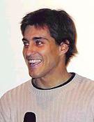 Carlos Suárez presentando su proyección en la Librería Desnivel.  ~ Archivo Desnivel
