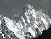 K2, destino fallido de su última expedición. Rozaron los 7.000 m por la vía Cesen (línea amarilla). - Foto: Col. Carlos Soria