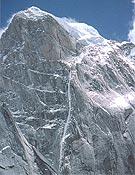 """La """"orgásmica"""" línea que siguieron Fowler y Ramsden en la norte del Siguniang (6.250 m). - Foto: Col. Mike Fowler"""