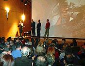 """Lectura de la carta de Philippe Henry, que aparece en la pantalla del Salón de Actos de Cajastur. - Foto: <a href=""""http://www.memorialmarialuisa.com/"""">memorialmarialuisa.com</a>"""