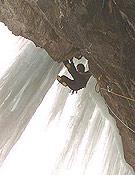 El portugués Paulo Roxo saliendo a la cortina de hielo de Titán. Foto: Col. Jordi Tosas
