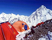 """Campo 2 de Al filo en el Broad Peak. Detrás, la vertiente sur del K2. Foto: <a href=""""http://www.gnaromondinelli.it/"""">Silvio Mondinelli/ gnaromondinelli.it </a>"""