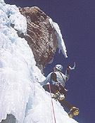 Luis Alonso, Coordinador del encuentro, pinchando el hielo de Ouray. - Foto: José I. Gordito