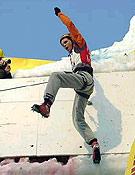 """Evgeny Krivosheytsev celebrando su segundo Campeonato del Mundo consecutivo: Val Daone 2002 y Kirov 2003, en la foto. <br>Foto: <a href=""""http://www.ice-time.com"""">ice-time.com</a>"""
