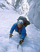 Conrad pinchándo el durísimo hielo que encontraron en los últimos largos. Debajo, el ambientazo del couloir. - Foto: José I. Gordito