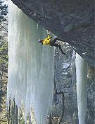 """Robert Jasper encadenando Batman, su última propuesta de M12 en el Oberland suizo. - Foto: <a href=""""http://www.robert-jasper.de"""">robert-jasper.de</a>"""