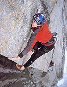 Iker en el largo clave (8a/8a+) del Gran Cuchillo, Mt. Proboscis. Aunque volvieron sin cumbre (dichoso mal tiempo), resolvieron lo más duro. - Foto: Aitor Bárez